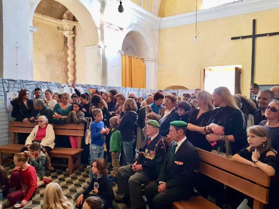 Le village de Lumiu recueilli autour de son monument aux morts